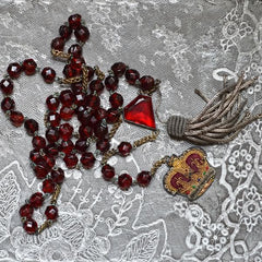 Cut beads with silver tassel and crown of velvet, gold thread