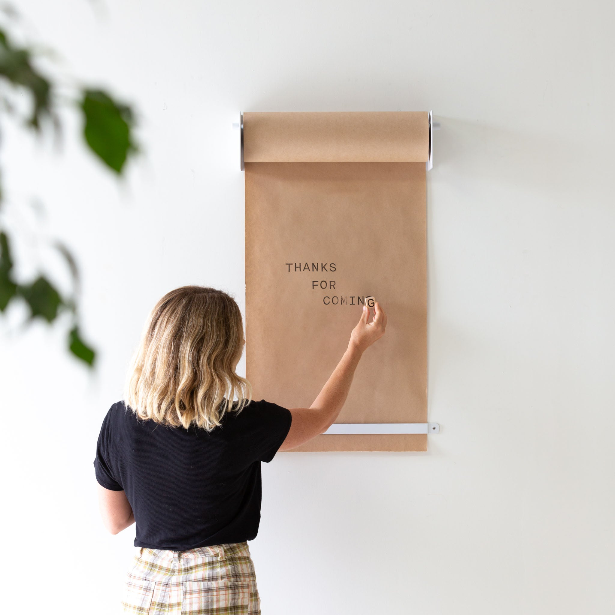 THE STUDIO ROLLER - WALL-MOUNTED KRAFT PAPER HOLDER