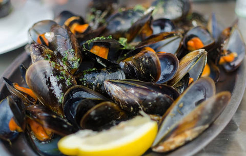 Cooked wild mussels with lemon