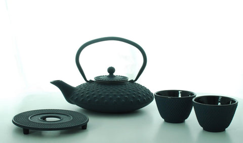 Bredemeijer Jing G002B Asian Teapot Cast Iron 1.25 Litre Dimple Structure Blue. Cast Iron Trivet, 2 Tea Cups