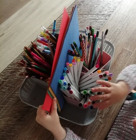An interest box with writing materials that can be easily transported.
