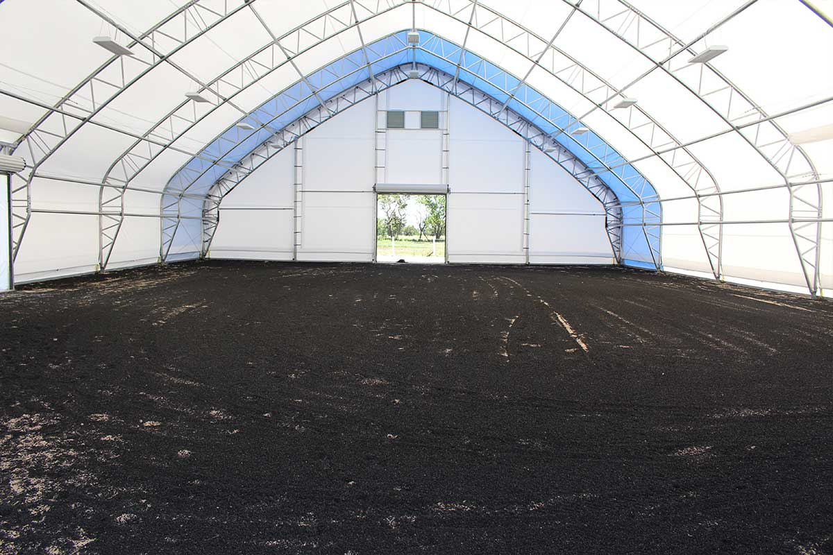 Horse arena footing with rubber mulch and sand