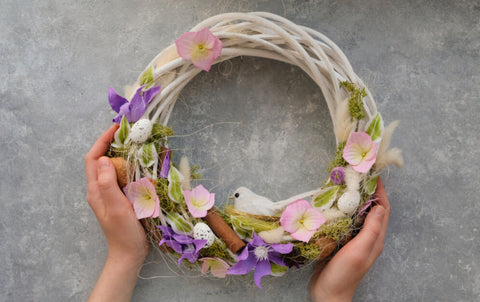 Hanging a wreath with stunning details