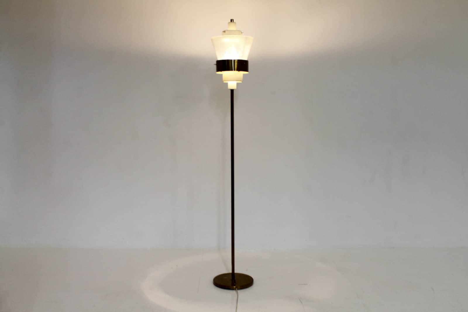 Stilnovo Floor Lamp in Brass and Lucite, Italy circa 1950s