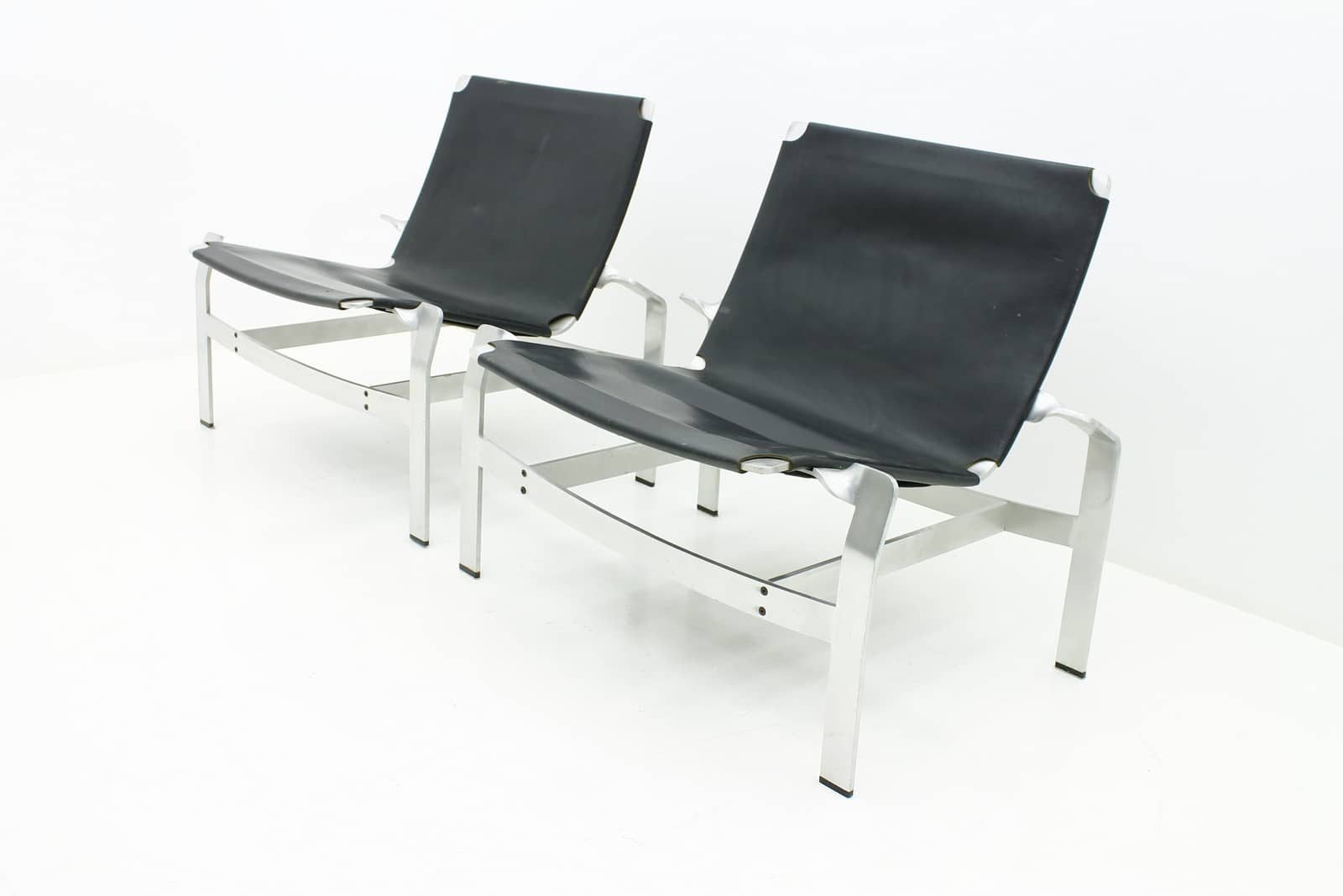 Pair of Lounge Chairs in Aluminum and Leather, Attributed to David de Majo (l)