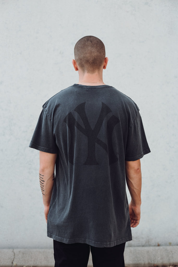 MAJESTIC ATHLETIC - YANKEES PINCHER TEE BLACK STONE 33398