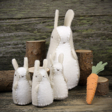 wool felt toy: bunnies and carrot