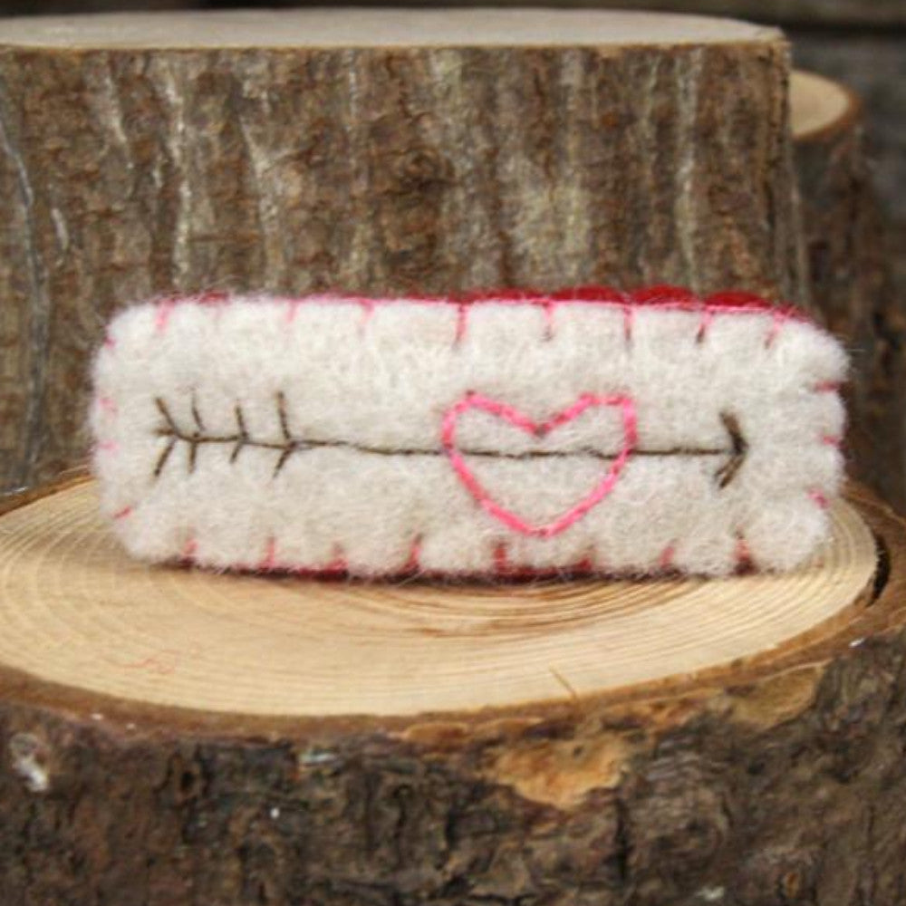 hair clip: heart with arrow (off-white)