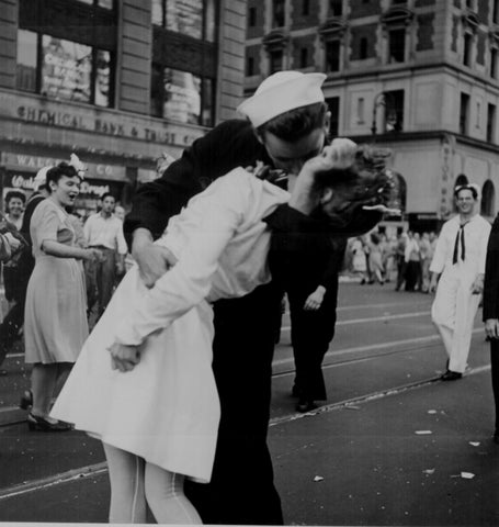 Alfred Eisenstaedt, Sailor kissing girl in Times Square, 1945