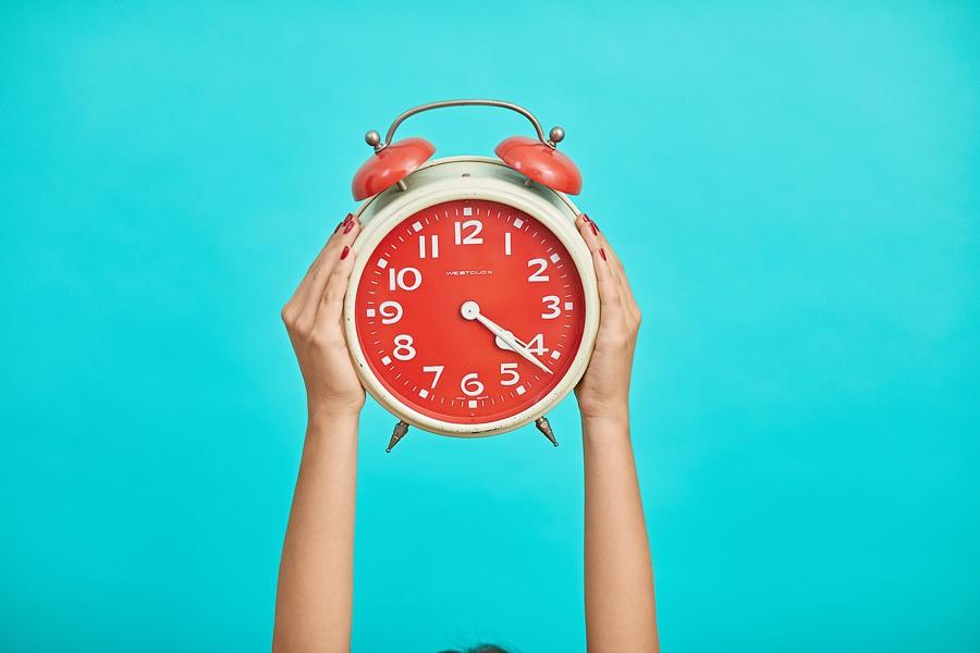 A red clock as a depiction of how to save time with outsourcing for wedding photography