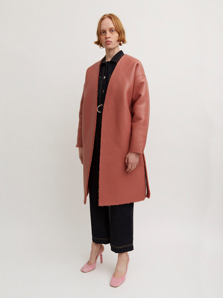 AÉRYNE REVERSIBLE SUGILITE JACKET is a reversible faux fur coat with side seam pocket and belt at waist. The jacket can we worn on both sides.