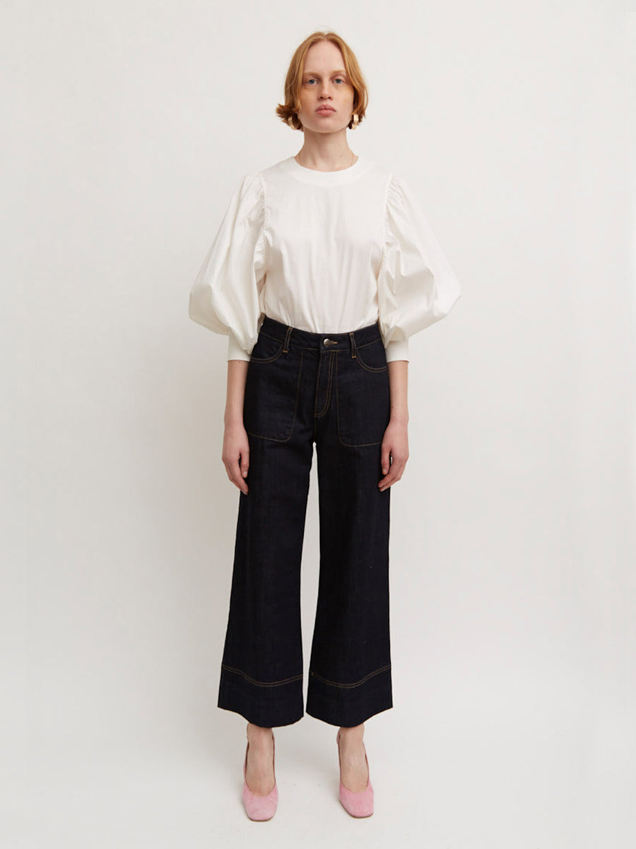 AÉRYNE MARION TROUSERS is a semi wide high-waisted denim trousers with large pockets. The jeans are slightly cropped and has a zip closure at front.