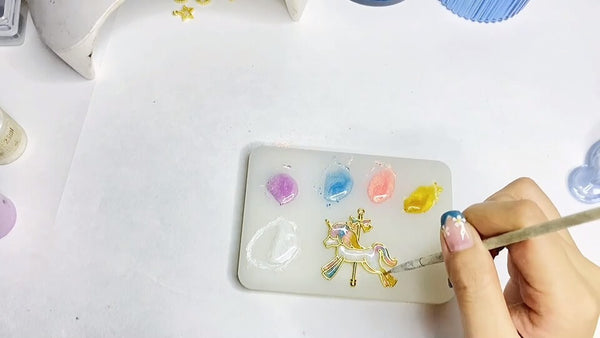 color the resin horses with colorful uv resin