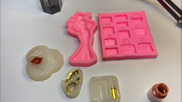 Paint the bottom of the molds for accessories