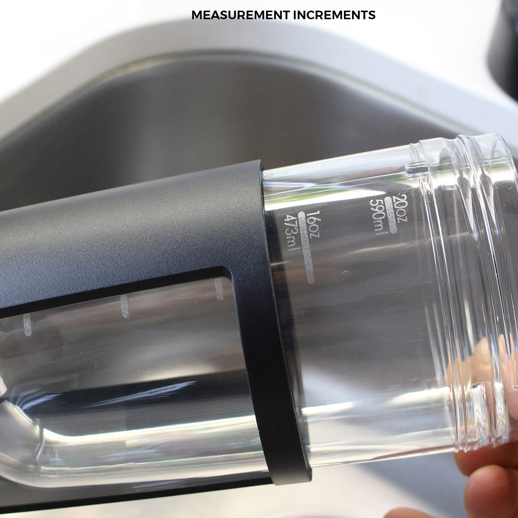 the mous fitness bottle has measurement increments of ml and oz
