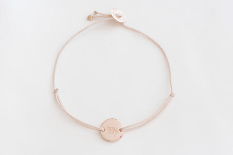 Make-A-Wish Armband runder, goldener Anhänger, nudefarbenes Band