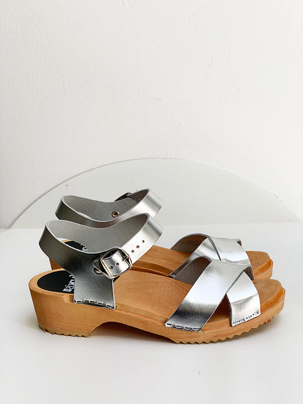 667 mia clog low silver patent