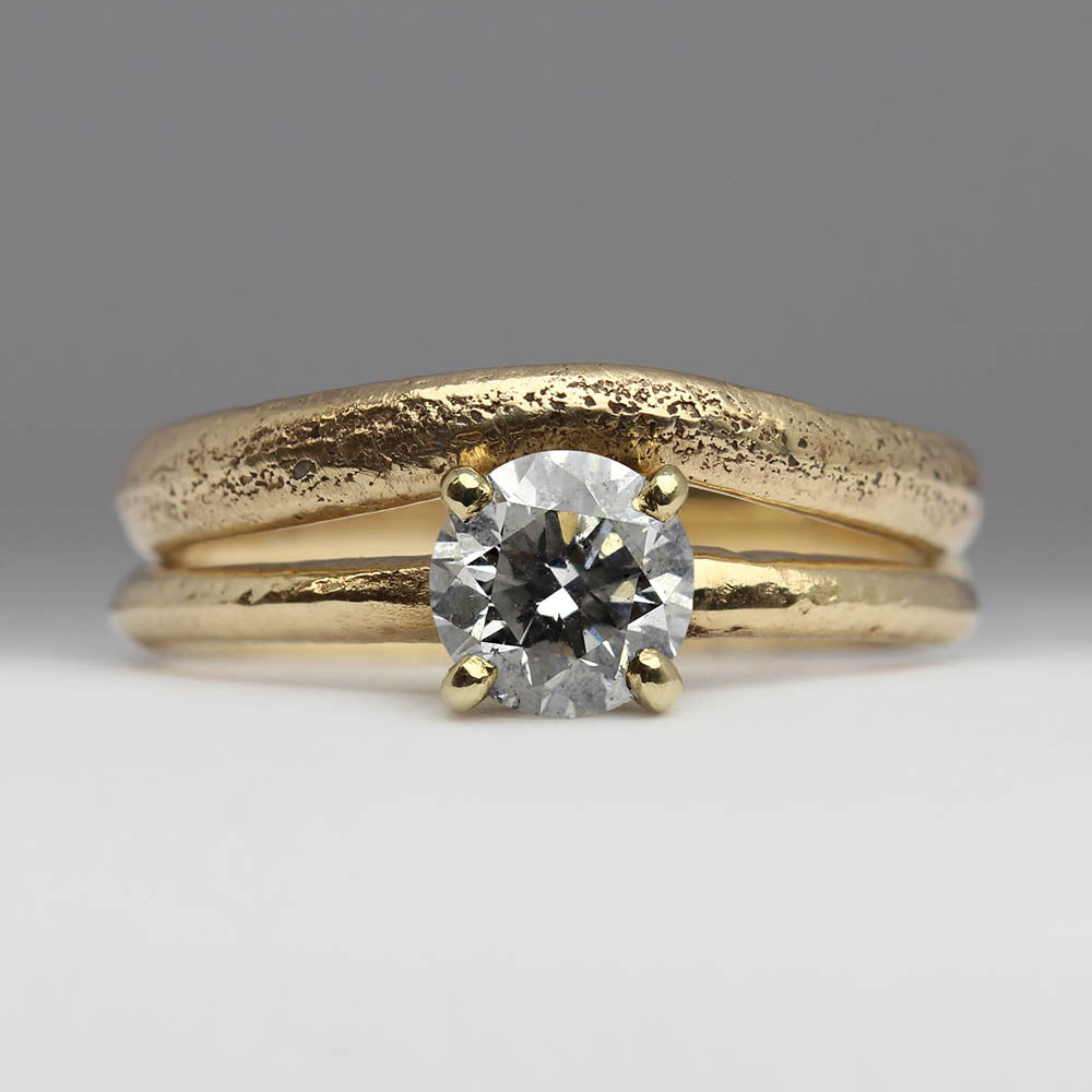 Wavy wedding ring in sandcast yellow gold