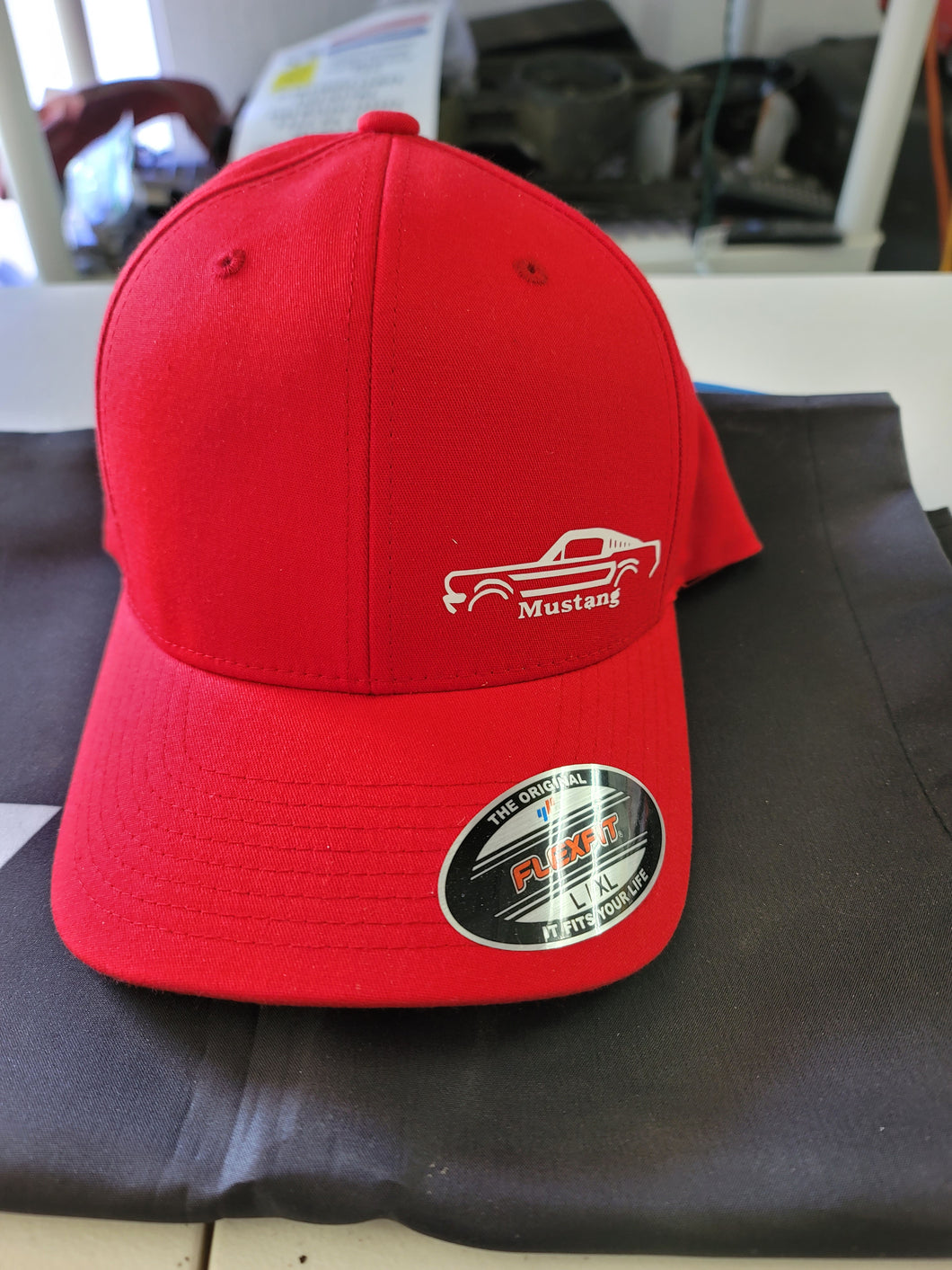 RED MUSTANG FASTBACK FLEX HAT L/XL