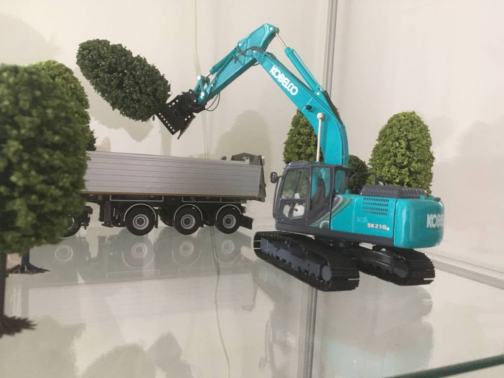 Kobelco fan Stef Joosen from the Netherlands sent us his guest blog on how he customised the SK210LC scale model