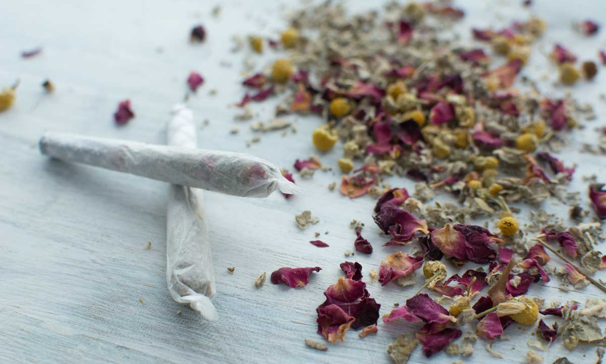 Rose and chamomile herbal smoking blend with joint cones