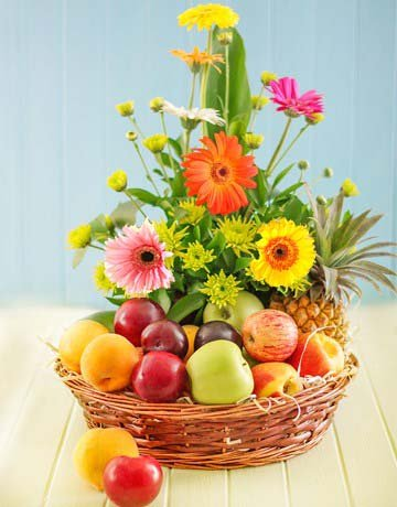 4 Kg Fresh Fruits Basket (Seasonal Fruits) with 15 stem daisy flower decorated with it.