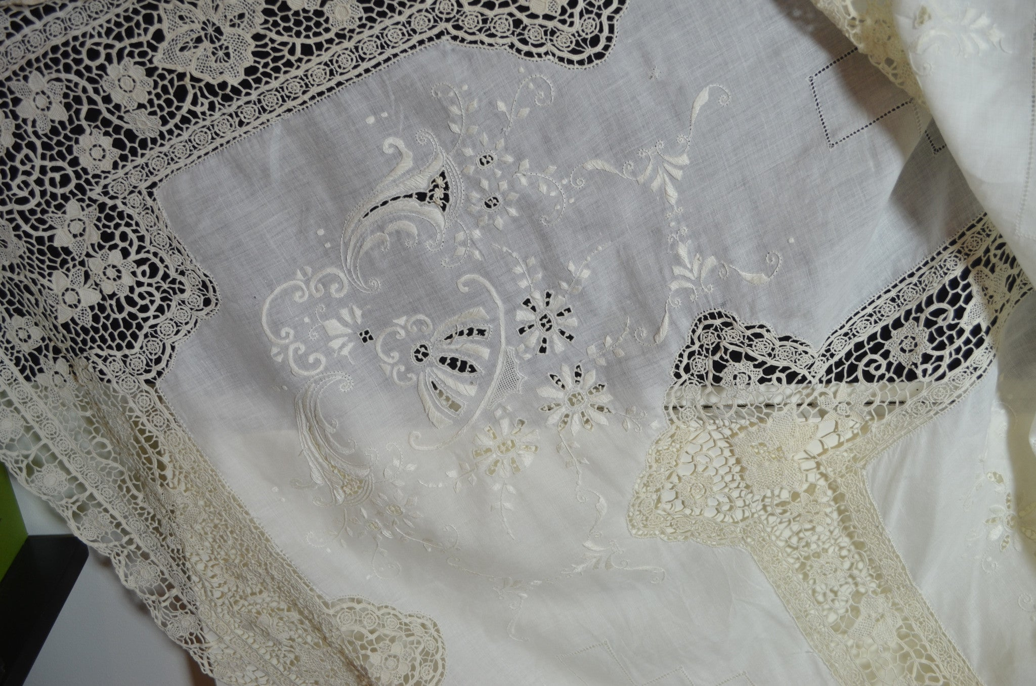 Delightful VINTAGE ITALIAN LINEN U0026 NEEDLELACE AND EMBROIDERED BANQUET TABLECLOTH AND  12 NAPKINS PP 321   SOLD