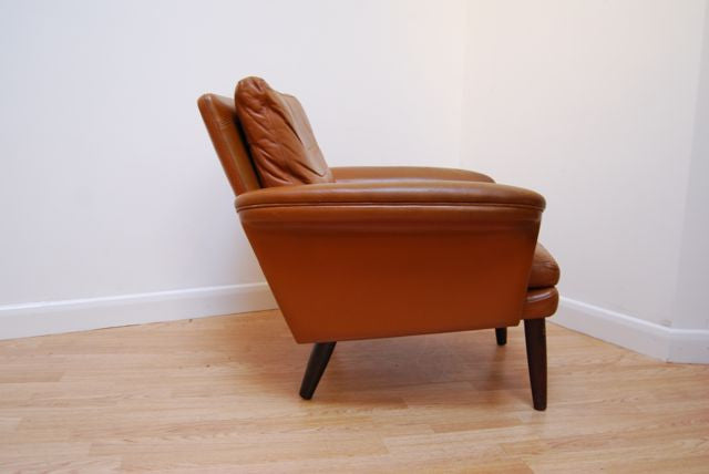 Pair of lounge chairs in tan leather