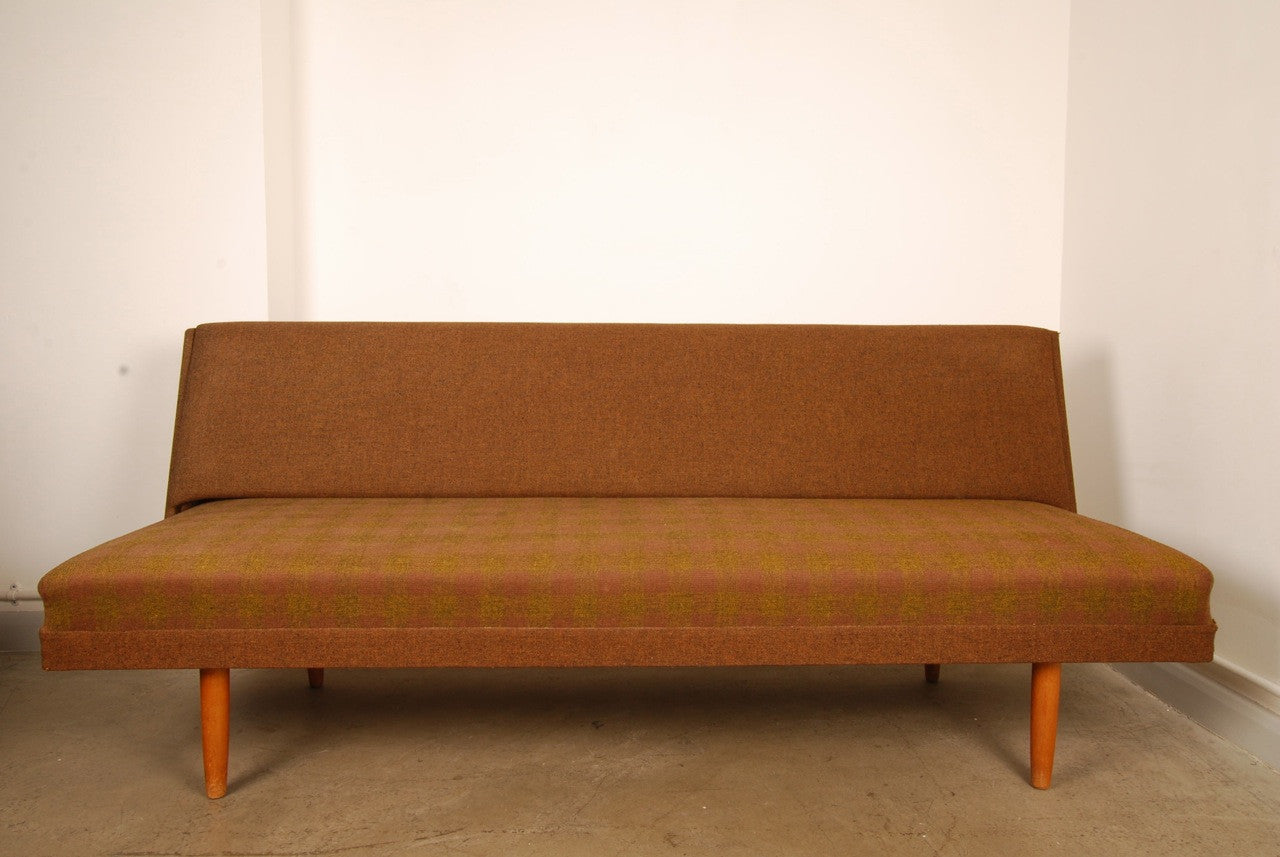 Daybed on oak legs