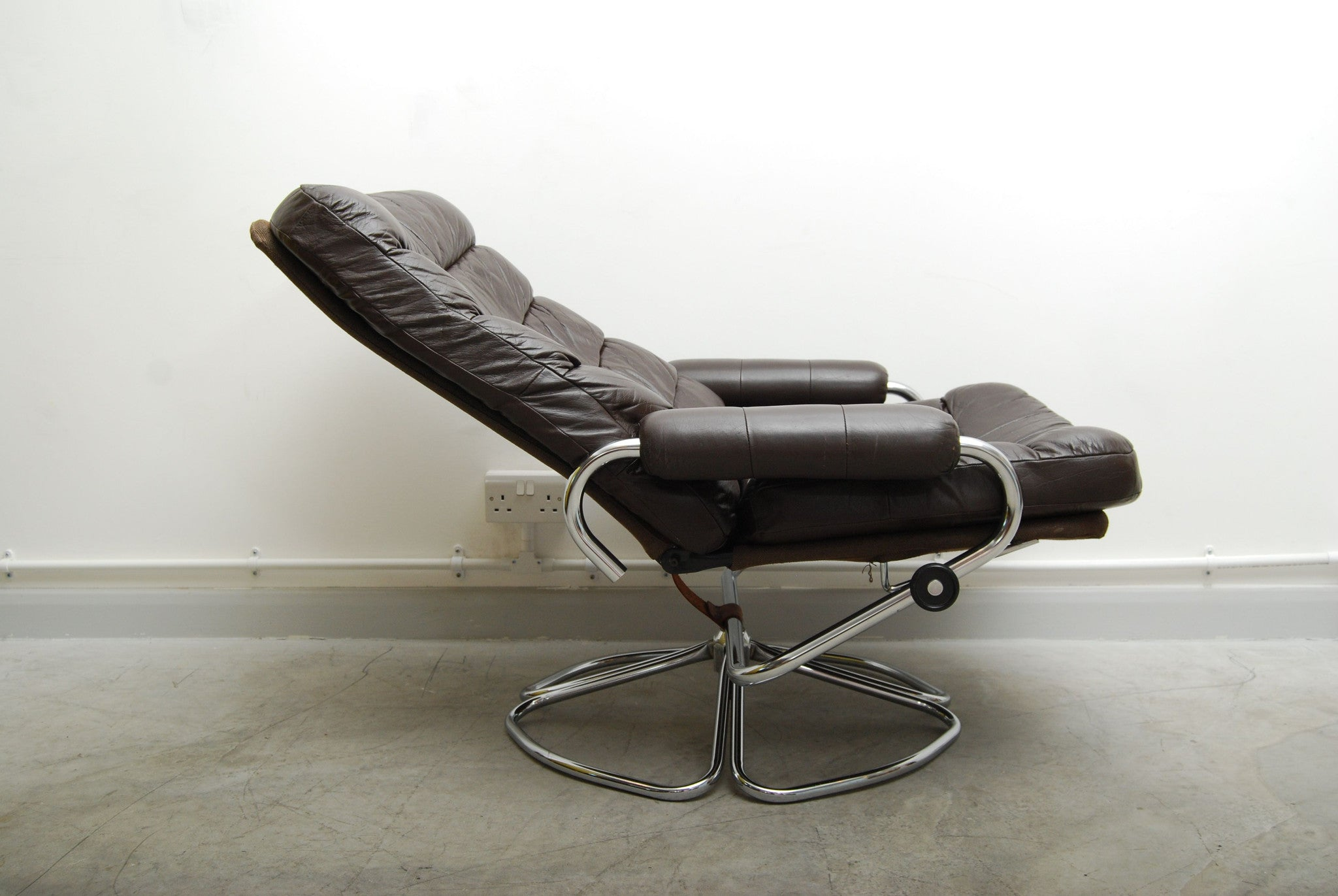 Reclining leather lounge chair
