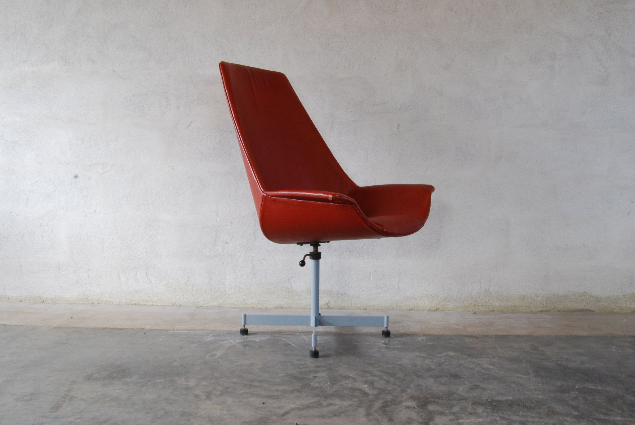 Swivelling desk/occasional chair by KEVI