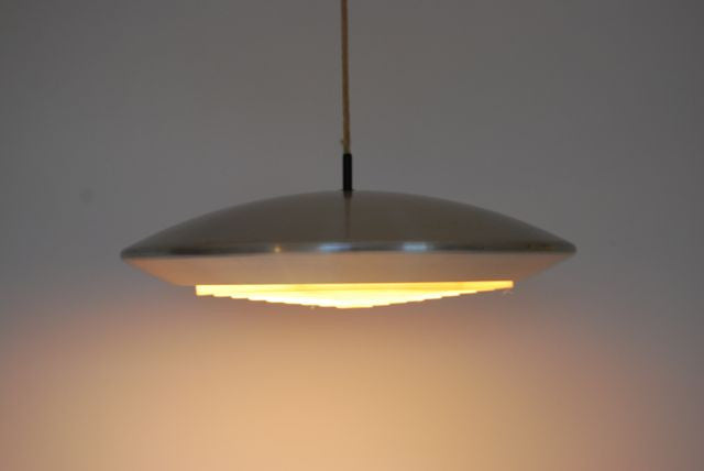 Saucer-shaped ceiling lamp
