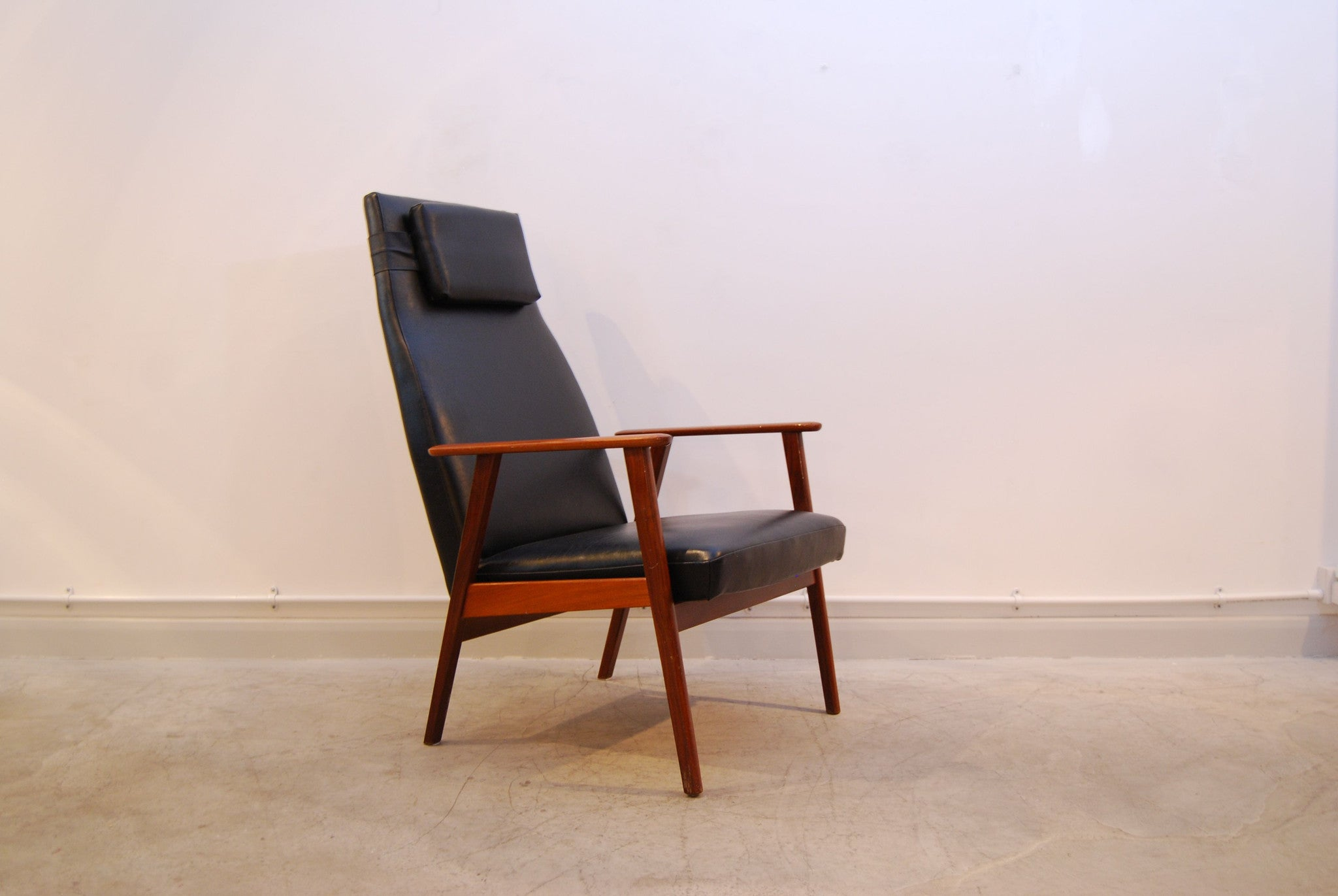 Highback lounge chair in teak and skai
