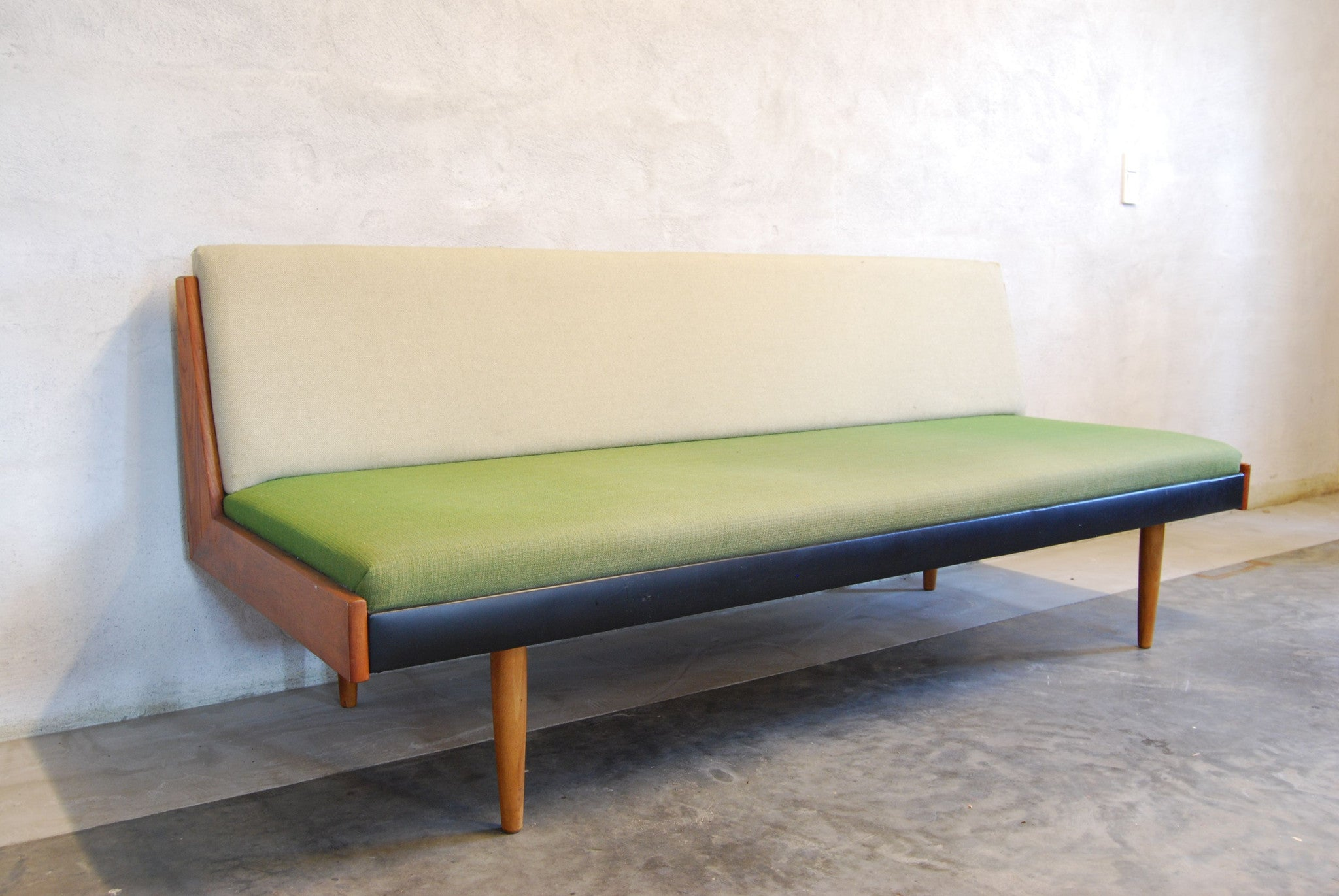 Two-tone daybed