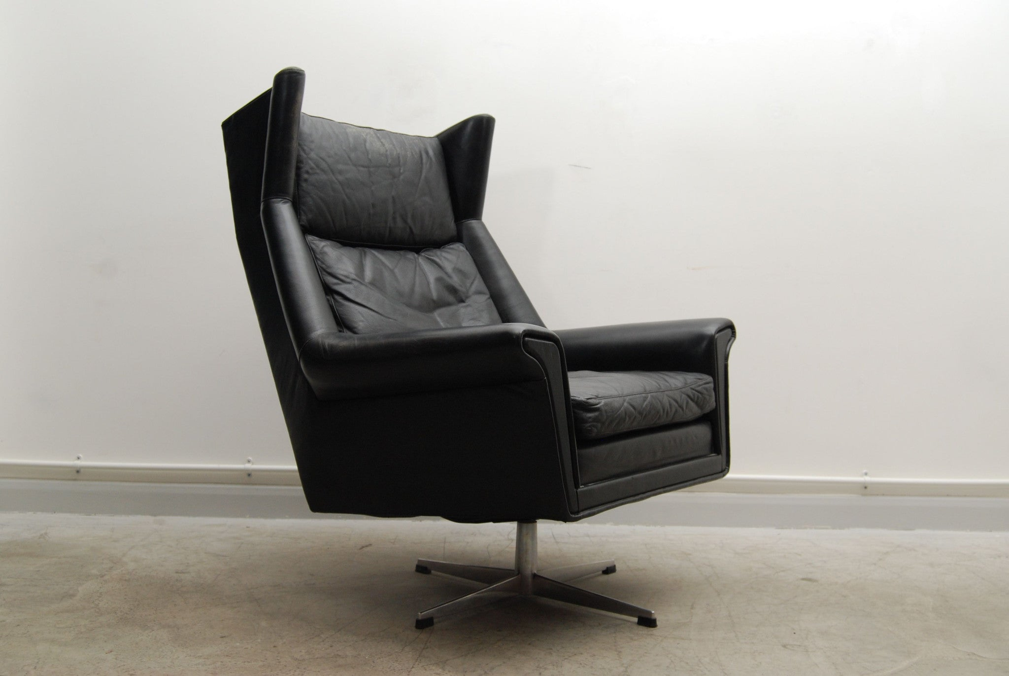 Highback lounge chair with winged headrest
