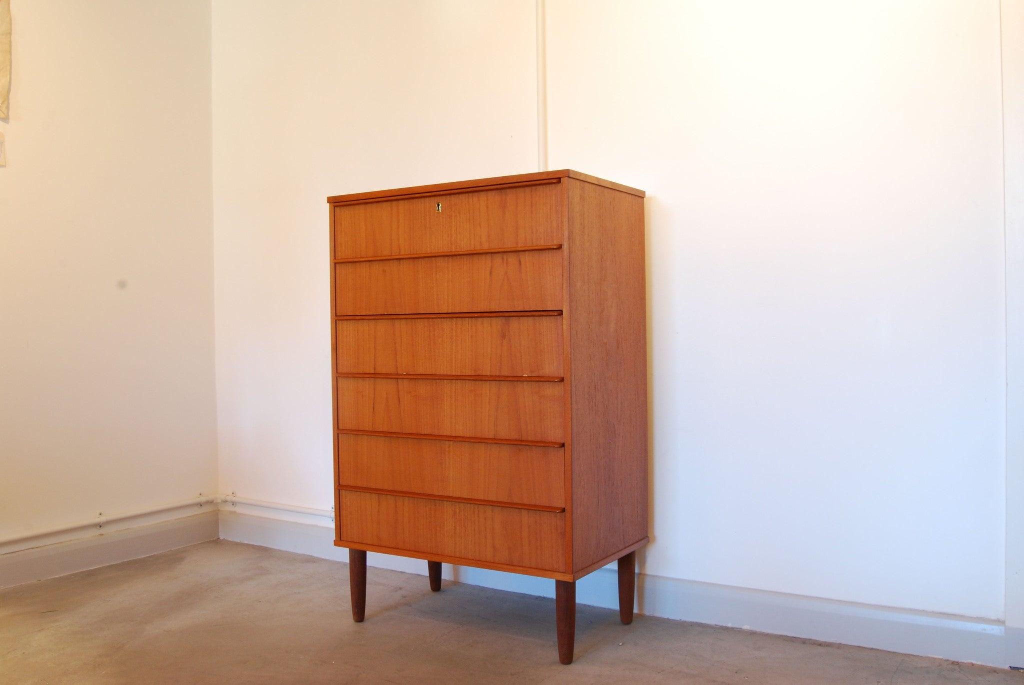 Chase & Sorensen Narrow chest of drawers