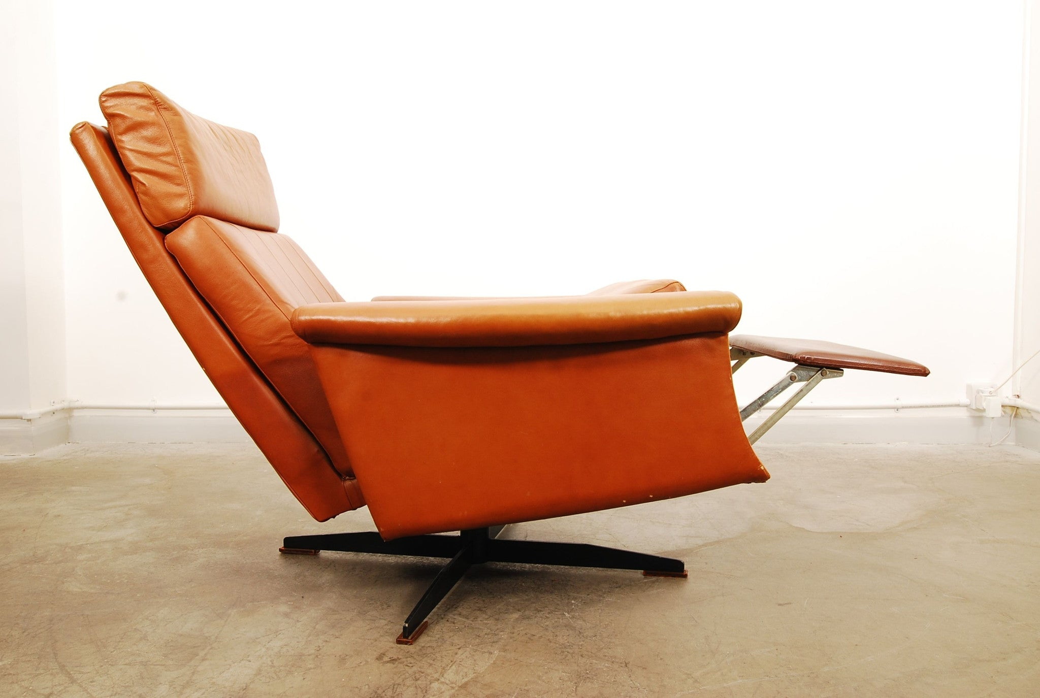 Reclining leather lounger