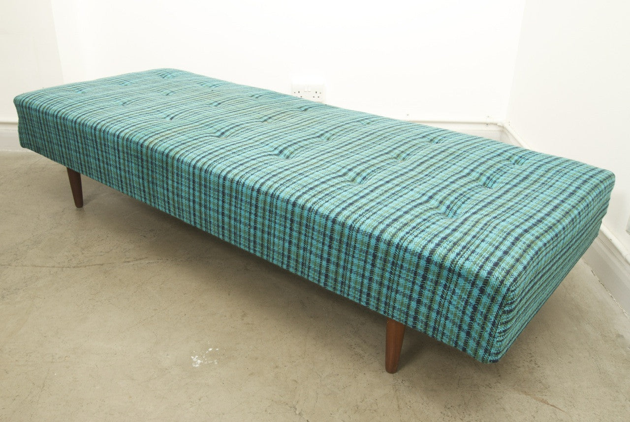 Daybed on teak legs