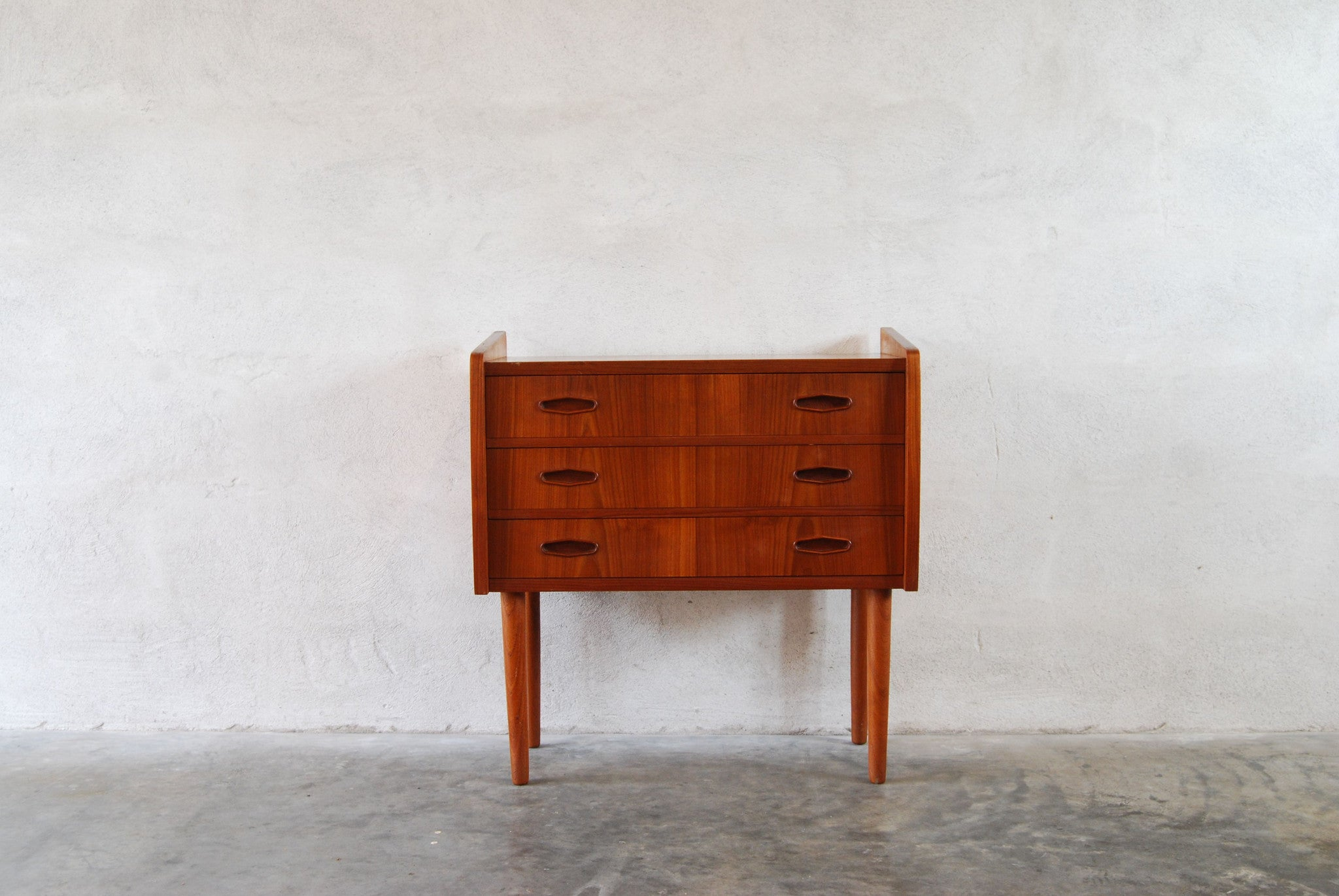 Short chest of three drawers