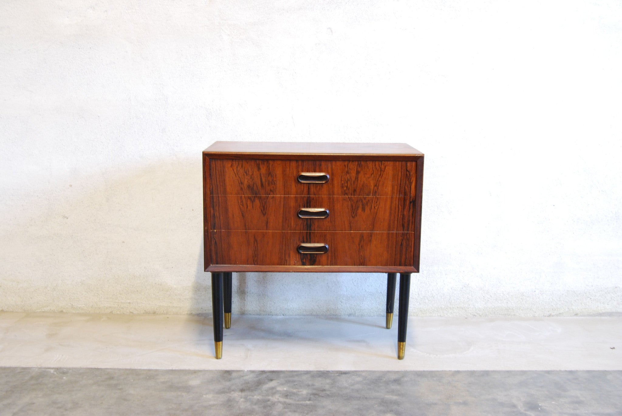 Short chest of drawers/bedside table