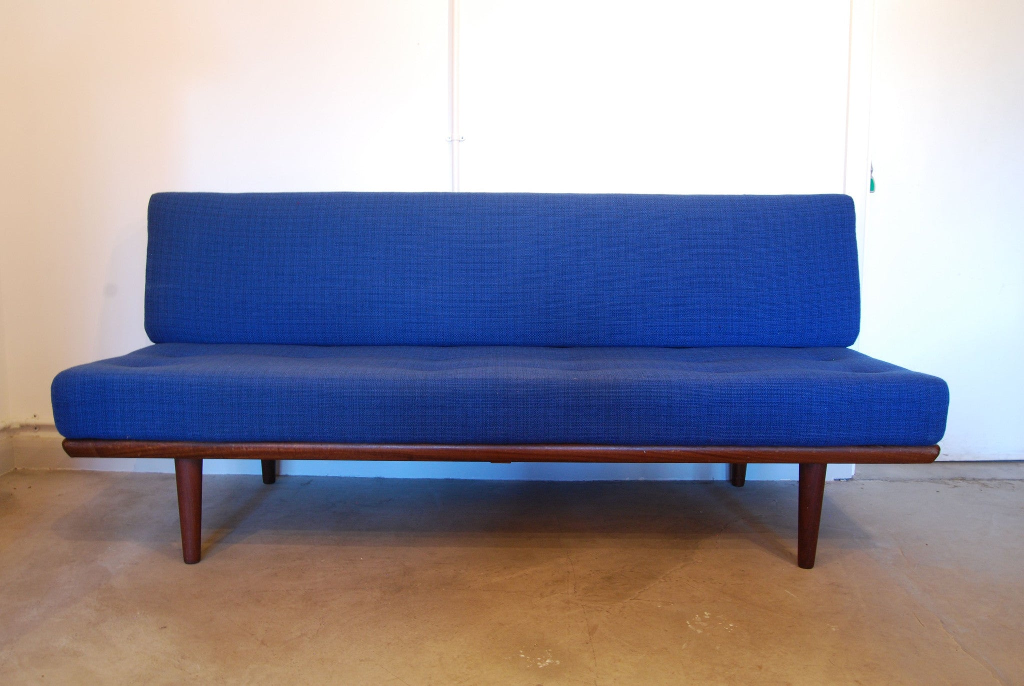 Daybed in royal blue