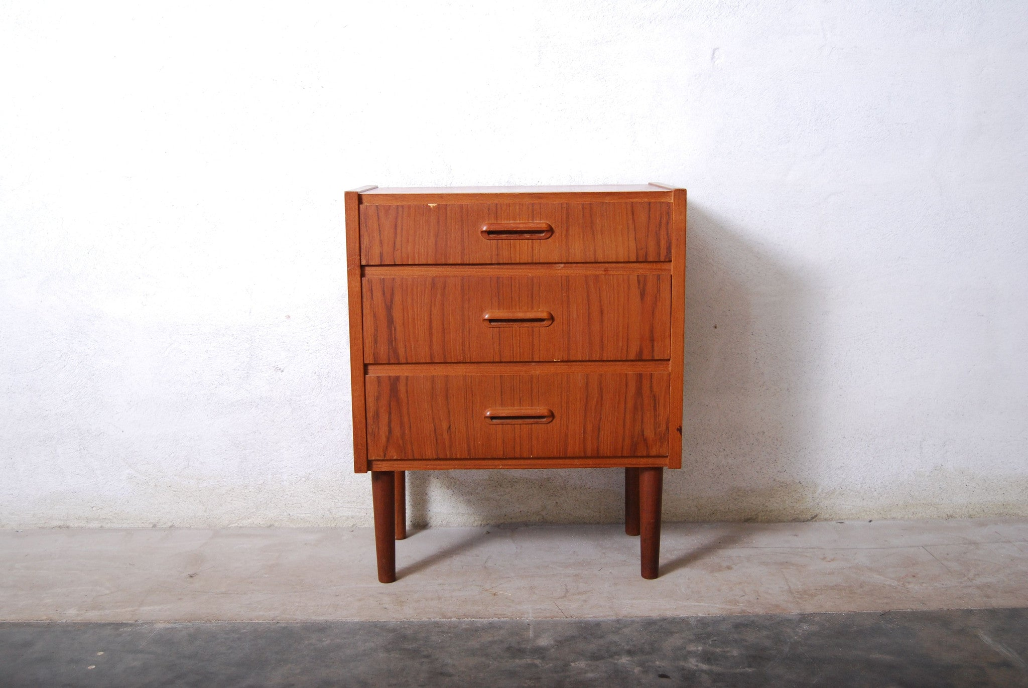 Short chest of drawers in teak