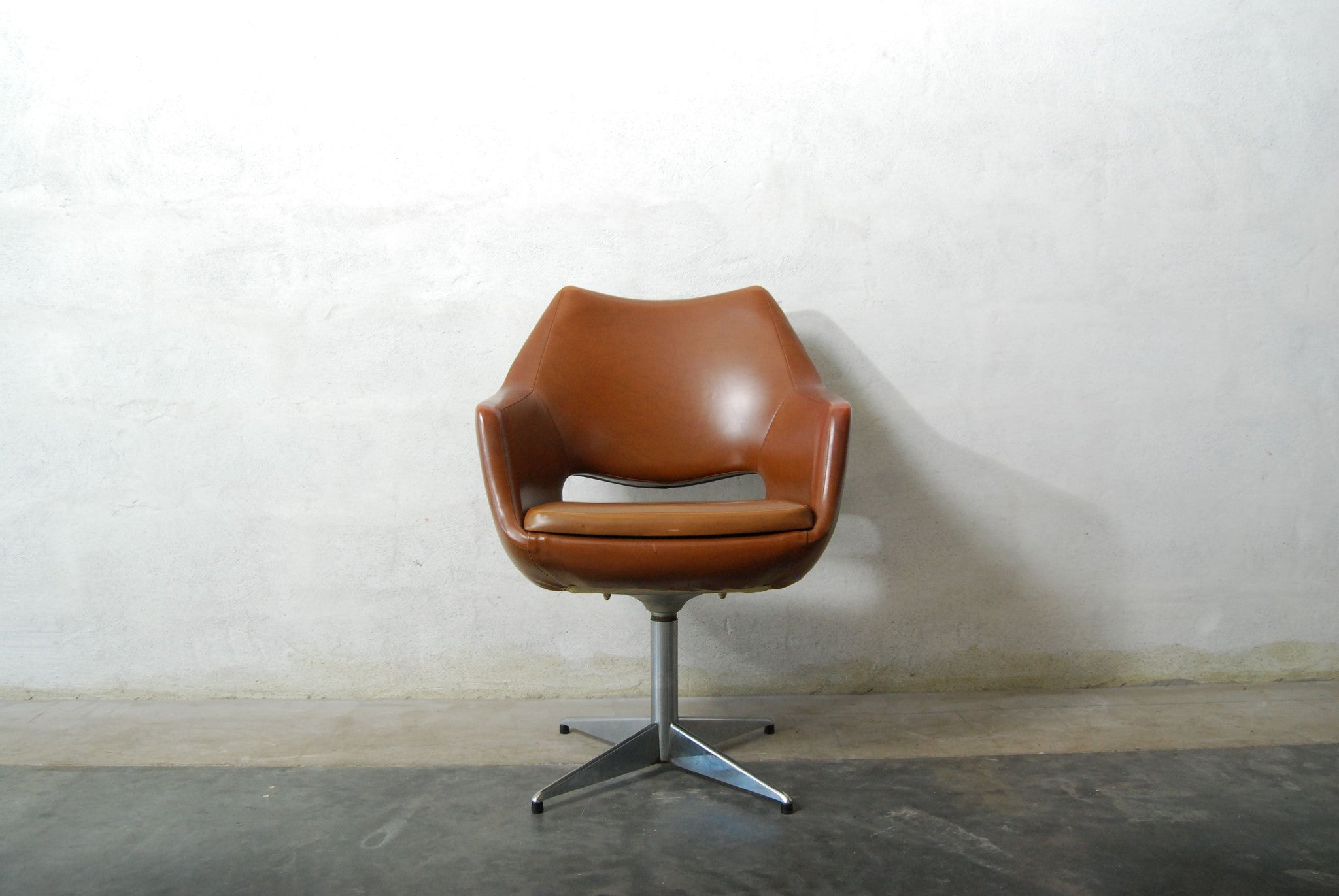 Swivelling desk chair
