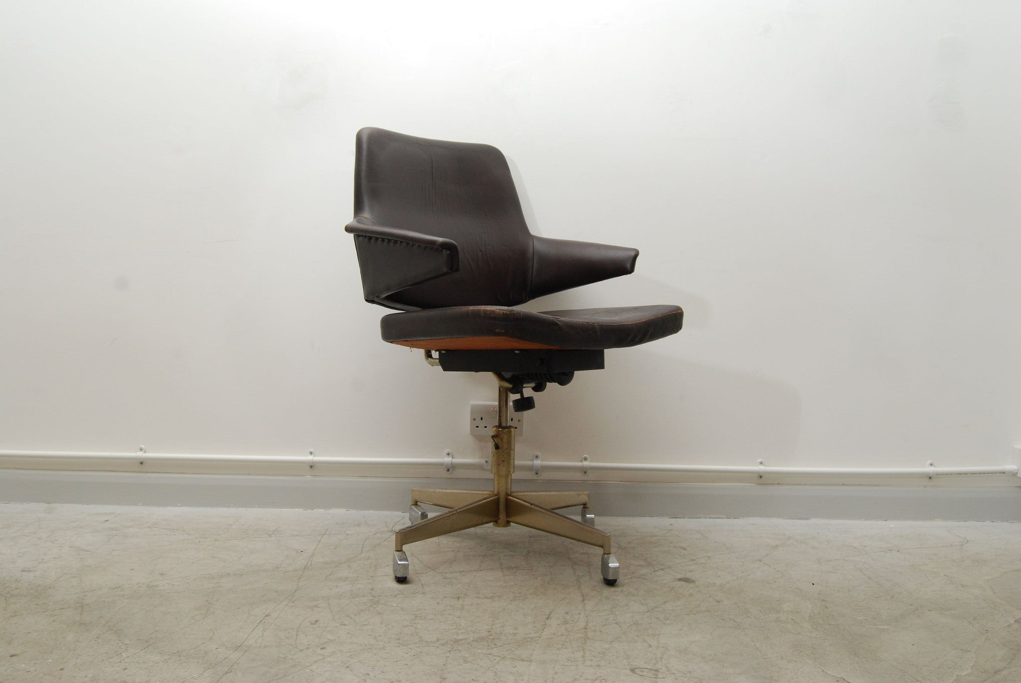 Swivelling desk chair with winged arms