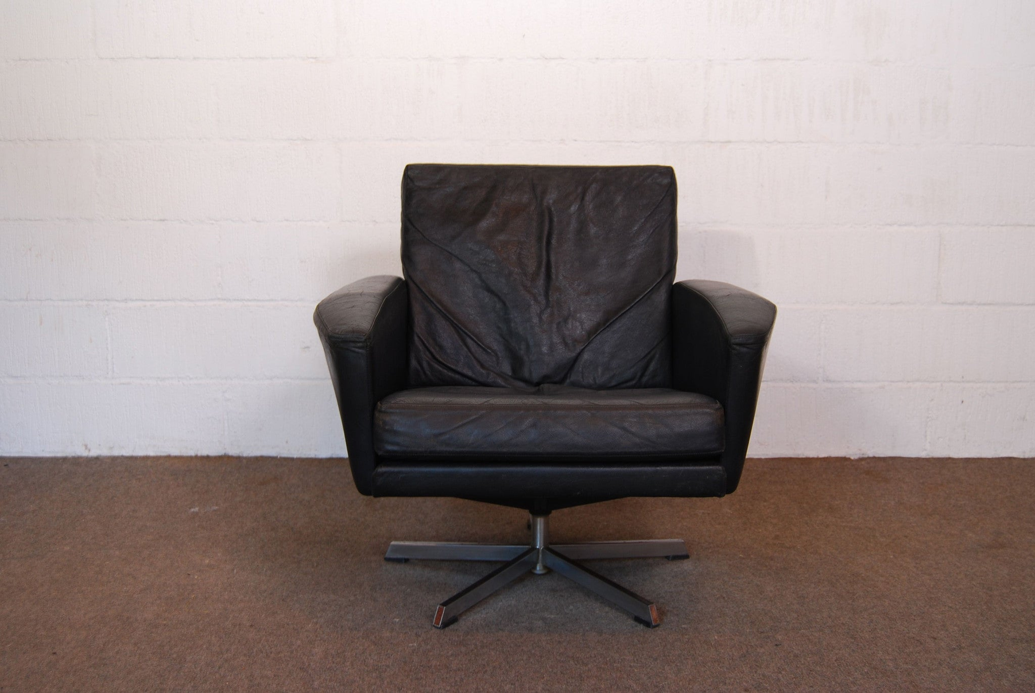 Chase & Sorensen Black leather low back lounger on swivel base