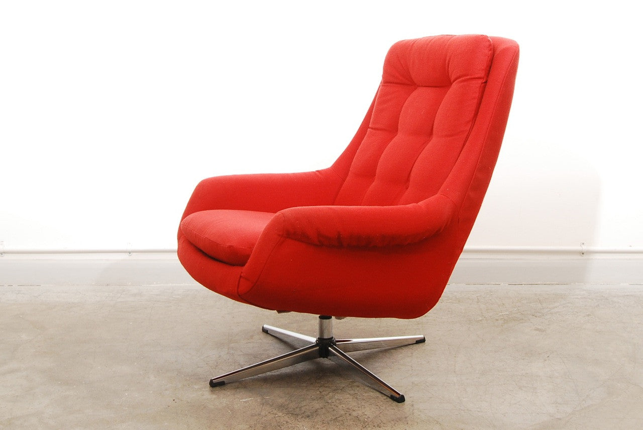 Lounge chair on swivel base