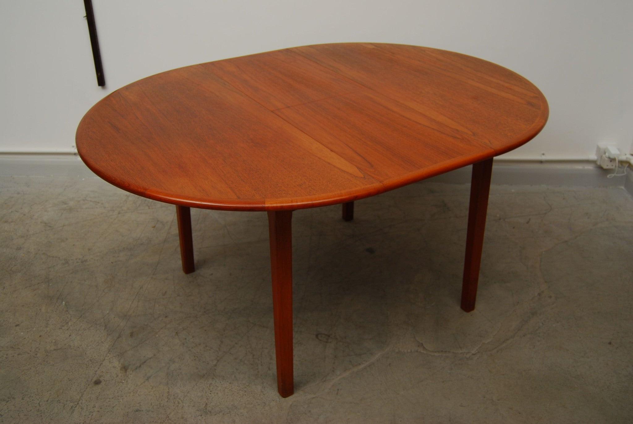 Round dining table in teak