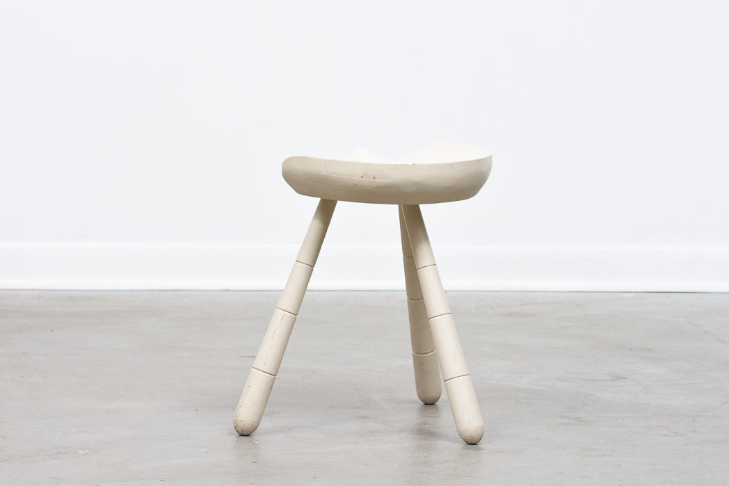 Lacquered oak milking stool - White