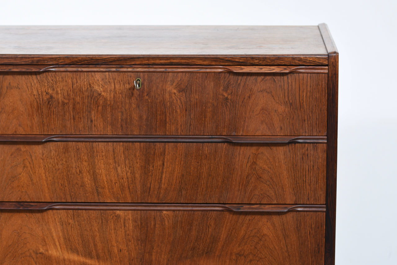Chest of six drawers in rosewood with lipped handles