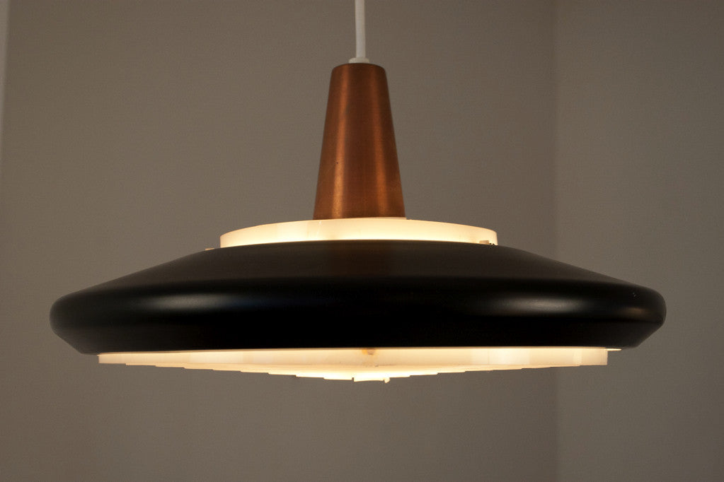 Ceiling lamp with acrylic-ringed diffuser